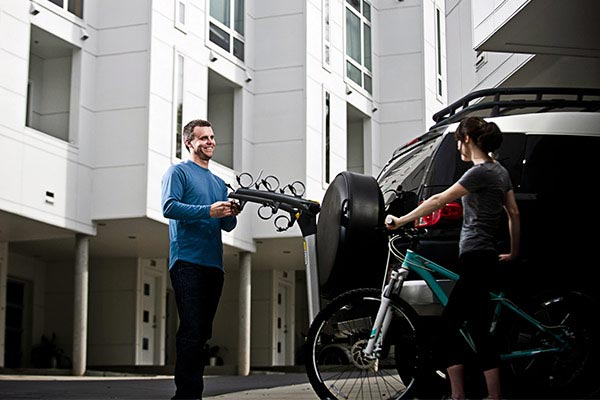 saris axis aluminum hitch mount bike rack loading