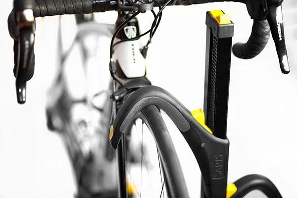 saris freedom superclamp hitch mount bike rack holding road bike
