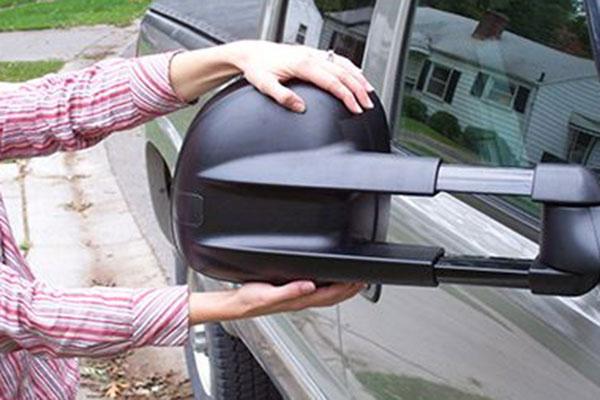 cipar woman pull mirrors
