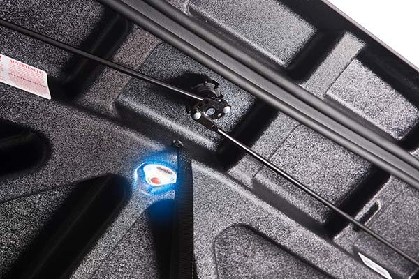 undercover-se-tonneau-cover-light-detail