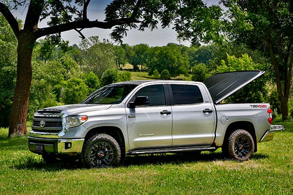 undercover-se-tonneau-cover-toyota-tundra-lifestyle1