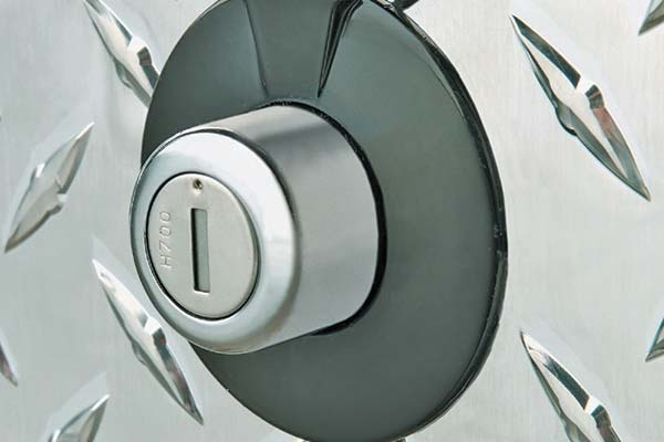 jobox-premium-aluminum-single-lid-crossover-toolbox-lock-detail
